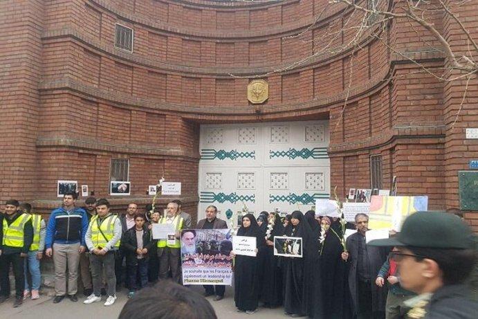 تجمع مقابل سفارت فرانسه در تهران+عکس