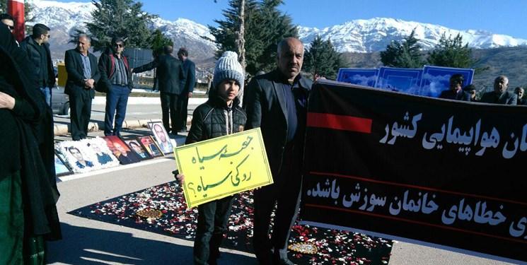 اولین سالگرد قربانیان سانحه تهران- یاسوج بدون حضور مسئولان + تصاویر - 8