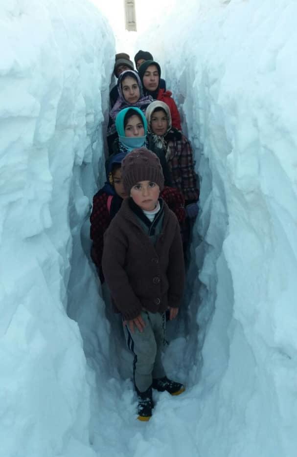 گفتگو با معلمی که برای دانش آموزانش در دل برف تونل زد (+عکس) - 9