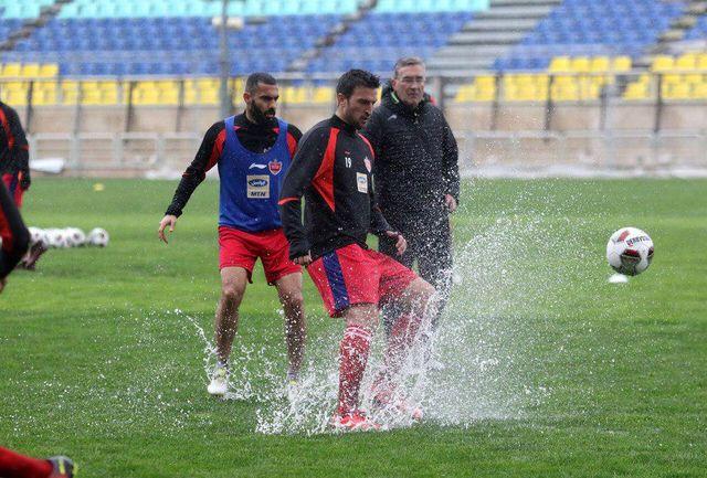 شاگردان برانکو زیر باران به تمرین پرداختند