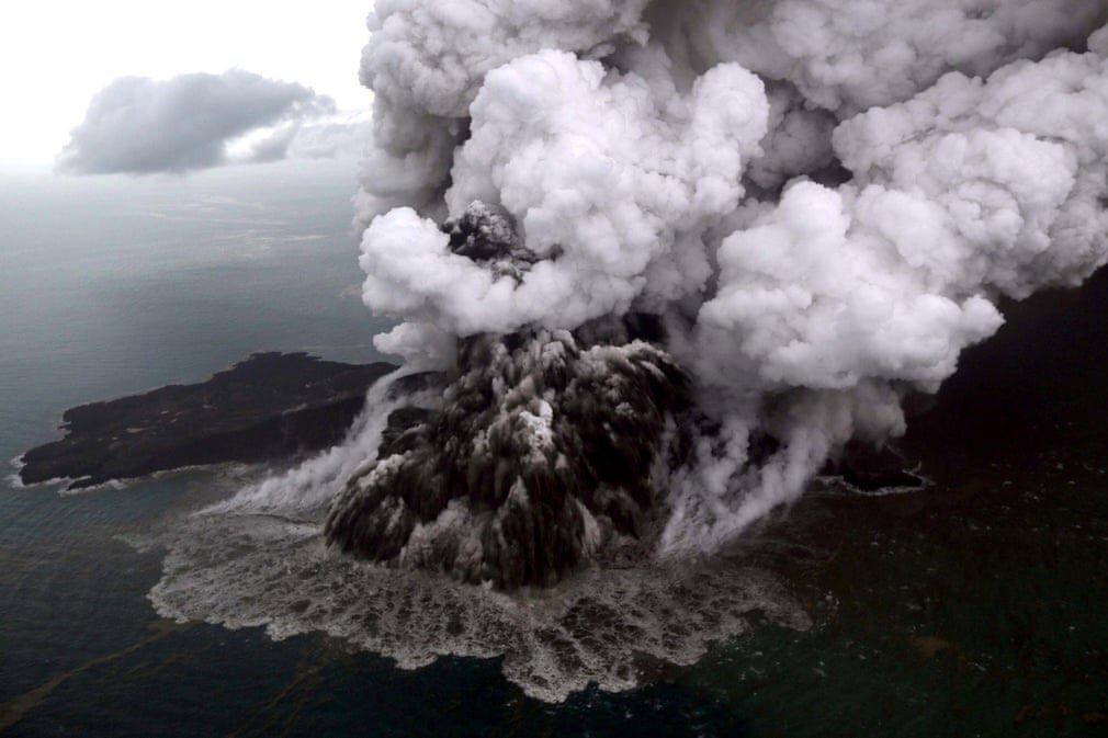 لحظه فوران آتشفشان آناک در اندونزی +عکس - 2