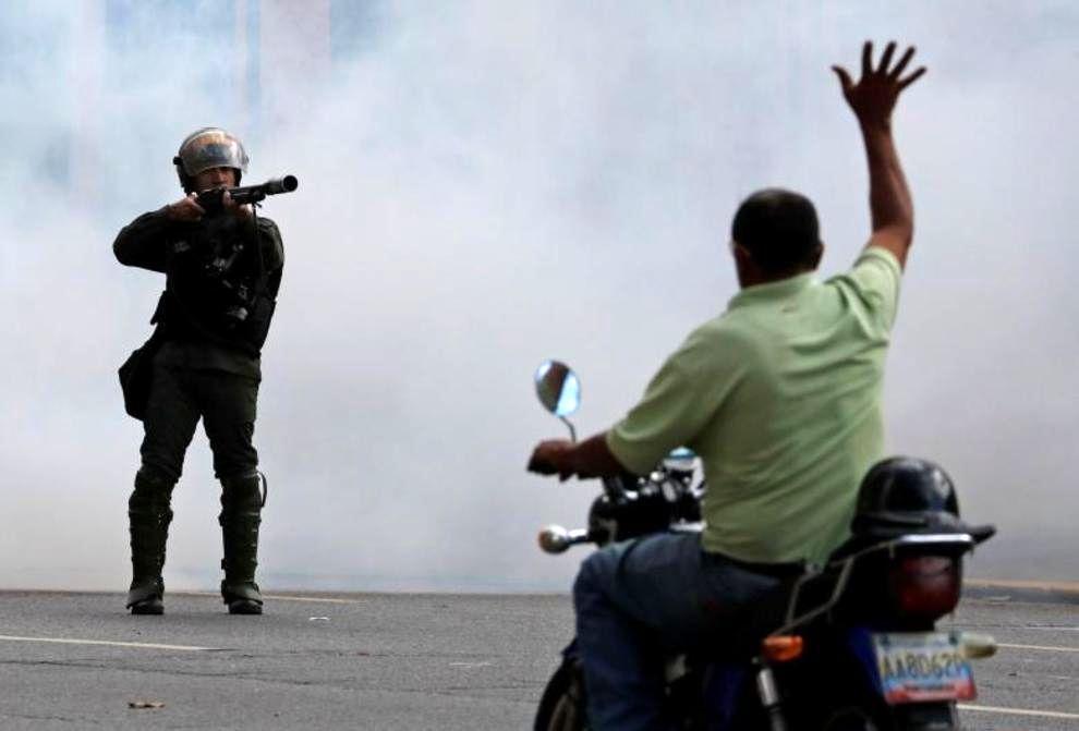 تصاویر لحظه به لحظه قیام مردم ونزوئلا - 8