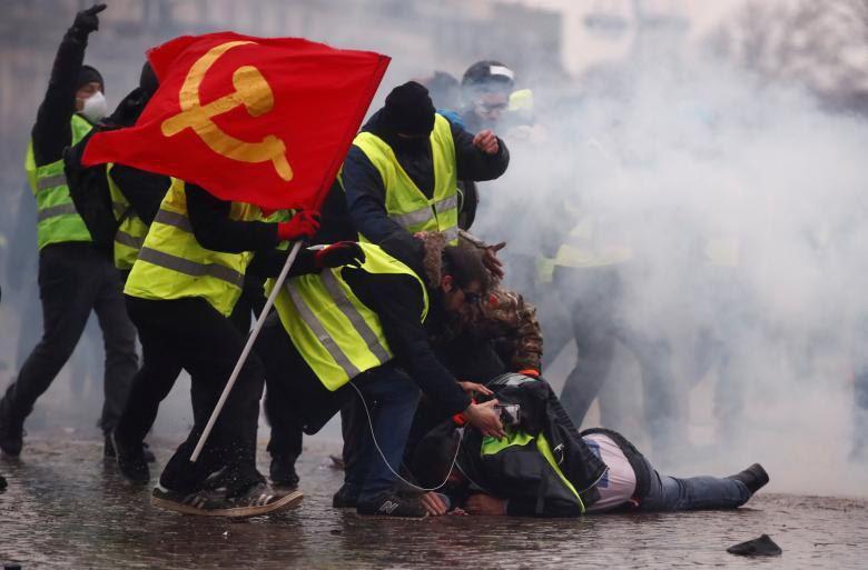 پرچم شوروی سر از تظاهرات جلیقهزردها درآورد +عکس - 2
