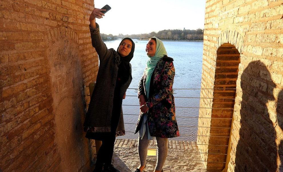 تصاویر: شادی اصفهانیها از بازگشت آب به زایندهرود - 12