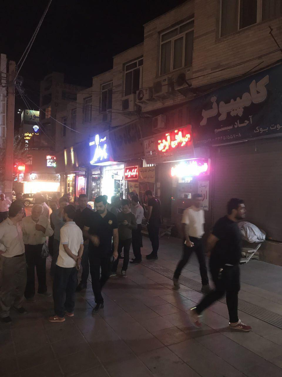 (تصاویر) هجوم شبانه مردم به صرافیها برای فروش دلار - 7