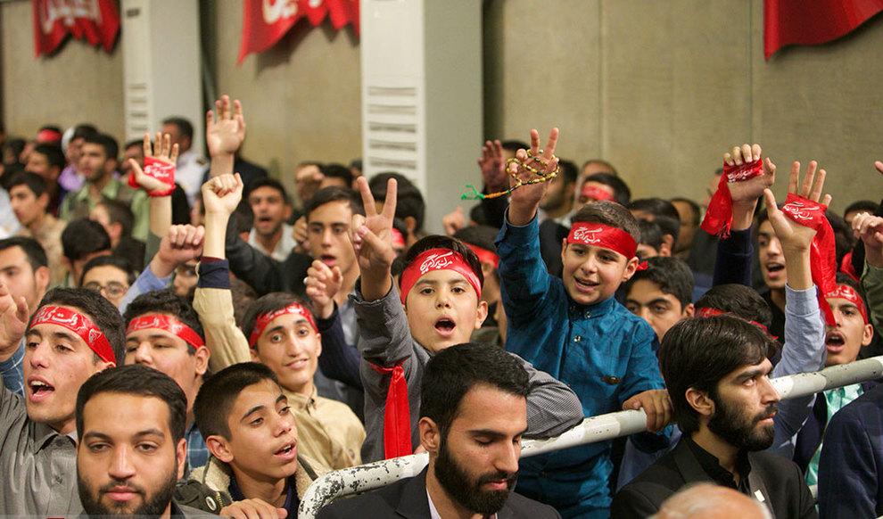 (تصاویر) دیدار رهبر انقلاب با دانش آموزان در آستانه ۱۳ آبان - 7