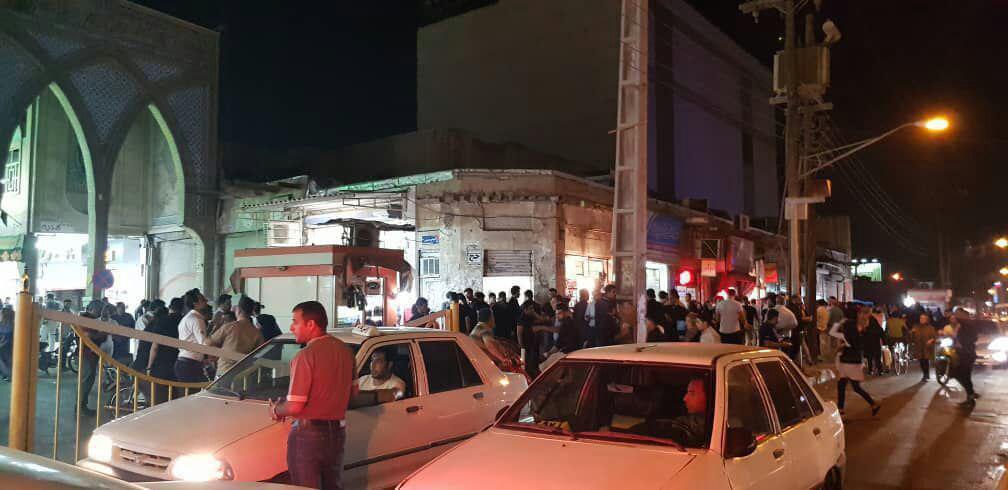 (تصاویر) هجوم شبانه مردم به صرافیها برای فروش دلار - 9