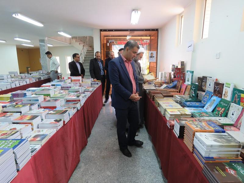 نمایشگاه کتاب با ۲۰ هزار جلد کتاب در گتوند گشایش یافت