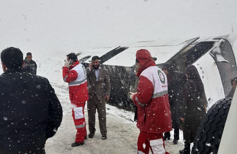 اتوبوس حامل زائران نورآباد در ملایر واژگون شد