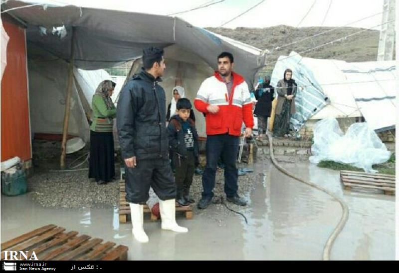 هلال احمر به ۴۸۲ خانواده سیل زده کرمانشاه امداد رسانی کرد
