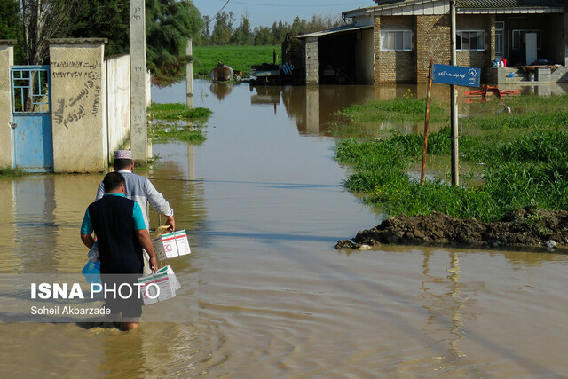 امدادرسانی بیوقفه یگانهای ویژه ناجا به سیلزدگان گلستان/ توزیع نان و غذای گرم میان سیلزدگان