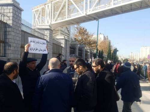 جمعی از متقاضیان خودرو مقابل مجلس تجمع کردند - 1