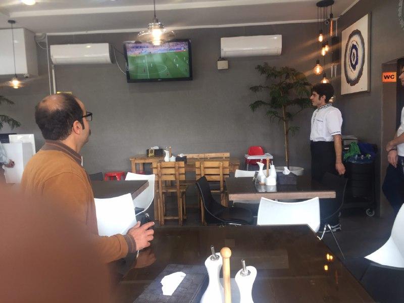 تماشای دیدار تیمهای پرسپولیس ایران - کاشیما ژاپن در محل کار +عکس - 6