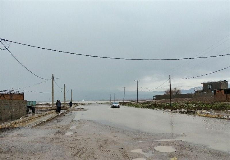 روستای «کارخانه سفیدکن» دورود در محاصره سیل قرار گرفت