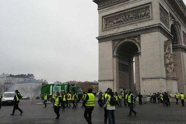 آشوب دوباره پاریس را فراگرفت/ جولان جلیقهزردها در خیابان +فیلم و عکس - 3