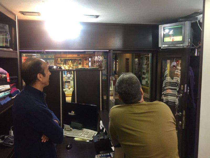 تماشای دیدار تیمهای پرسپولیس ایران - کاشیما ژاپن در محل کار +عکس - 4