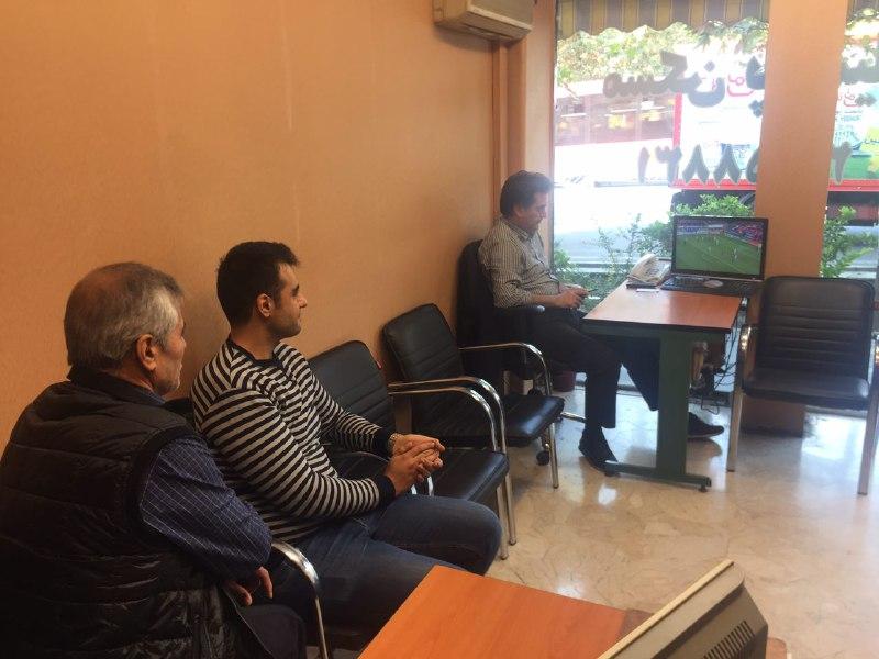 تماشای دیدار تیمهای پرسپولیس ایران - کاشیما ژاپن در محل کار +عکس - 1