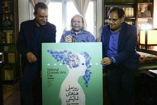 تصاویر   پدر سالار در حال امضای یک پوستر هنری