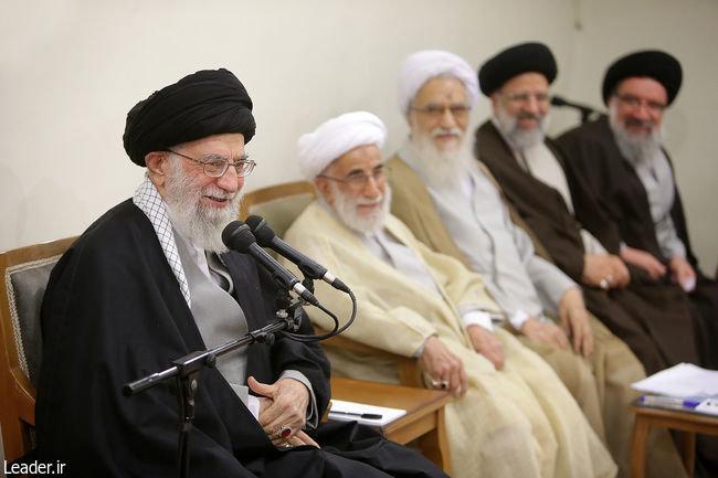 عکس| لبخند رهبر انقلاب و اعضای هیأت رئیسه مجلس خبرگان - 1