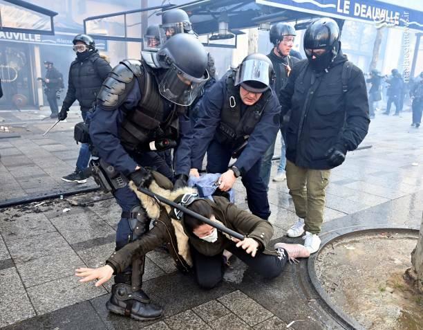 عکس/ حمله پلیس فرانسه به یک زن - 2