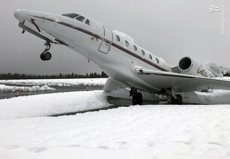 عکس/ سنگینی برف هواپیما را به پایین کشید! - 1