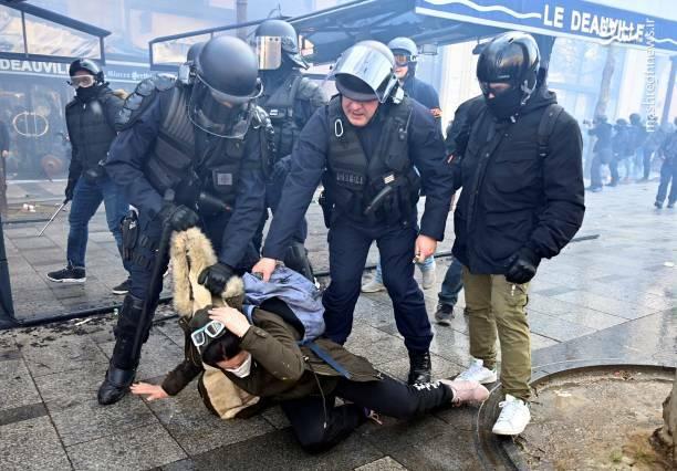 عکس/ حمله پلیس فرانسه به یک زن - 7