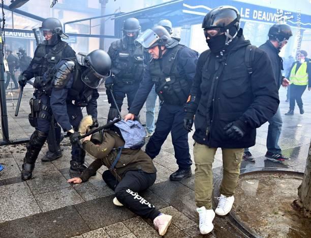 عکس/ حمله پلیس فرانسه به یک زن - 8