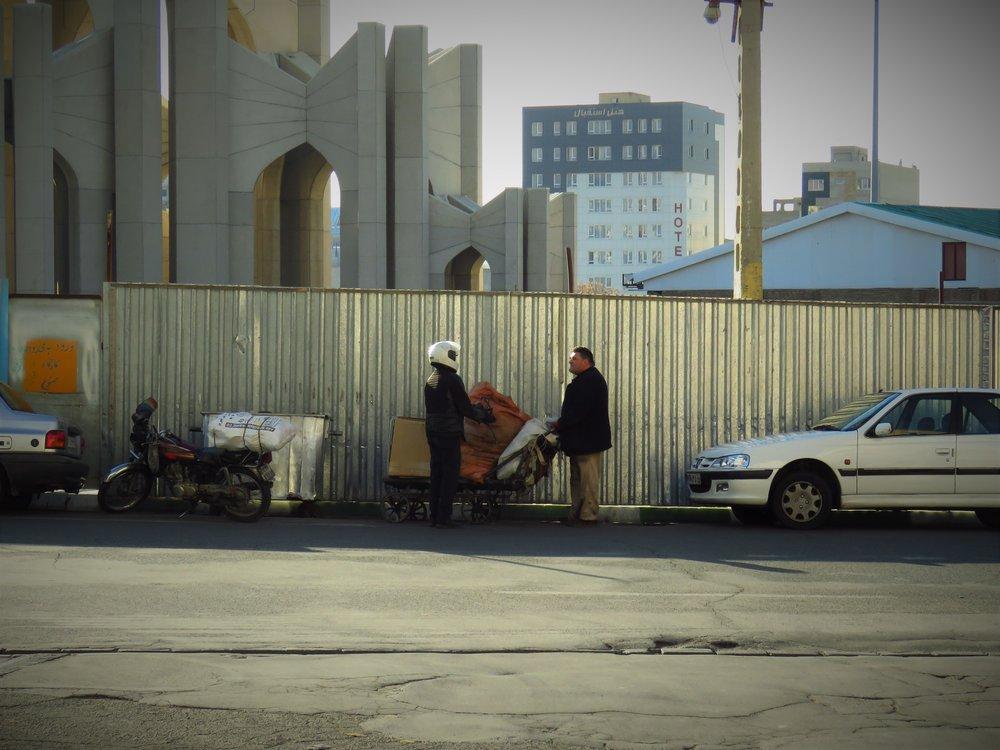 با احتیاط آشغال بریزید زبالهگردها مشغول کارند - 18