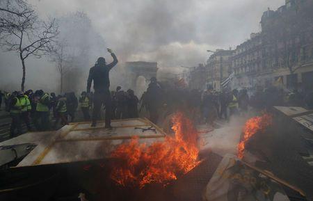تظاهرات معترضان فرانسوی به نظام سرمایه داری وارد چهارمین ماه خود شد؛ مکرون اتاق بحران تشکیل داد - 15