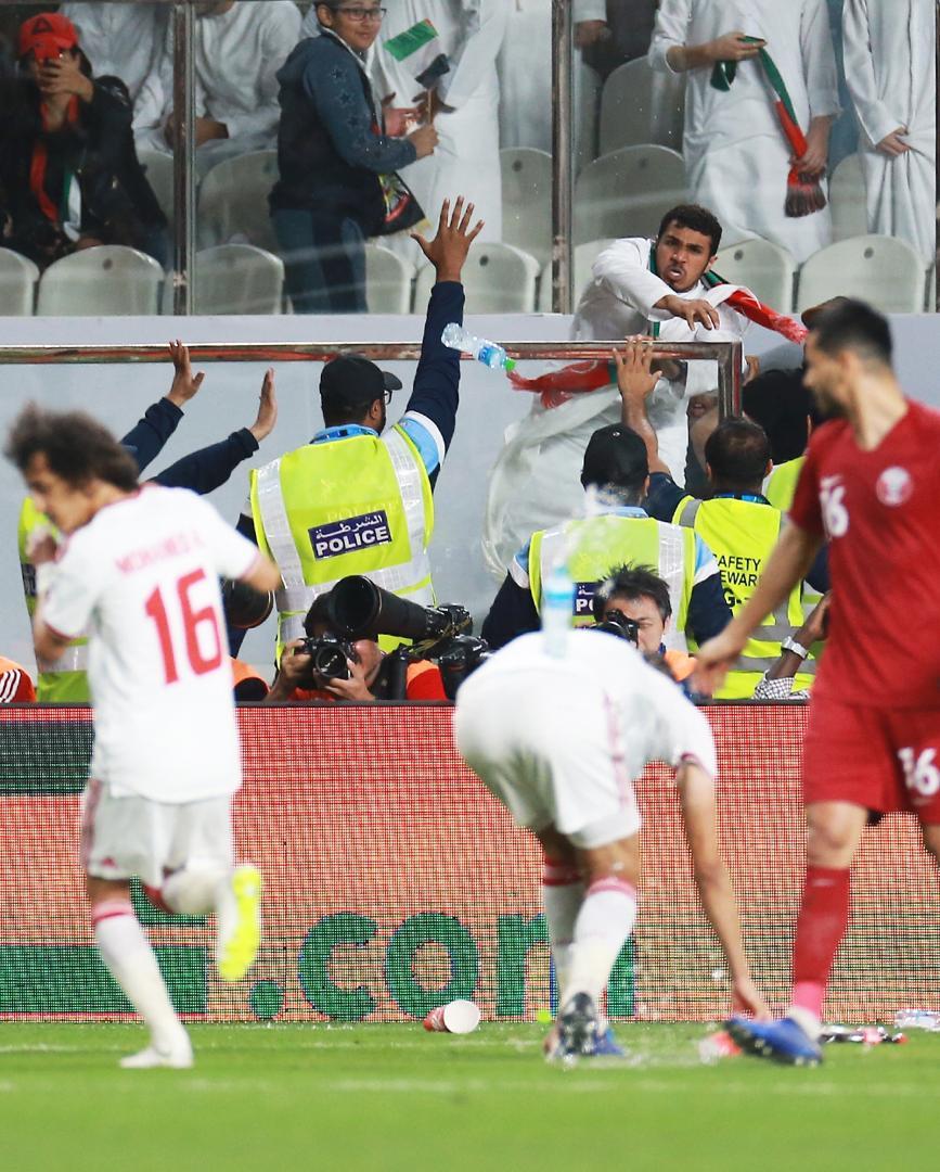 عکسها و گزارش اختصاصی تابناک ازحملهعربها با دمپایی، بطری و تسبیح به تیم هایامارات و قطر - 13