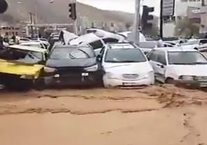 سیل سهمگین شیراز، دهها خودرو را با خود برد/ تصویری هوایی از محل اصابت موشک به تلآویو/ لحظه نجات مادر و فرزند در میان سیل در شیراز + فیلم - 10